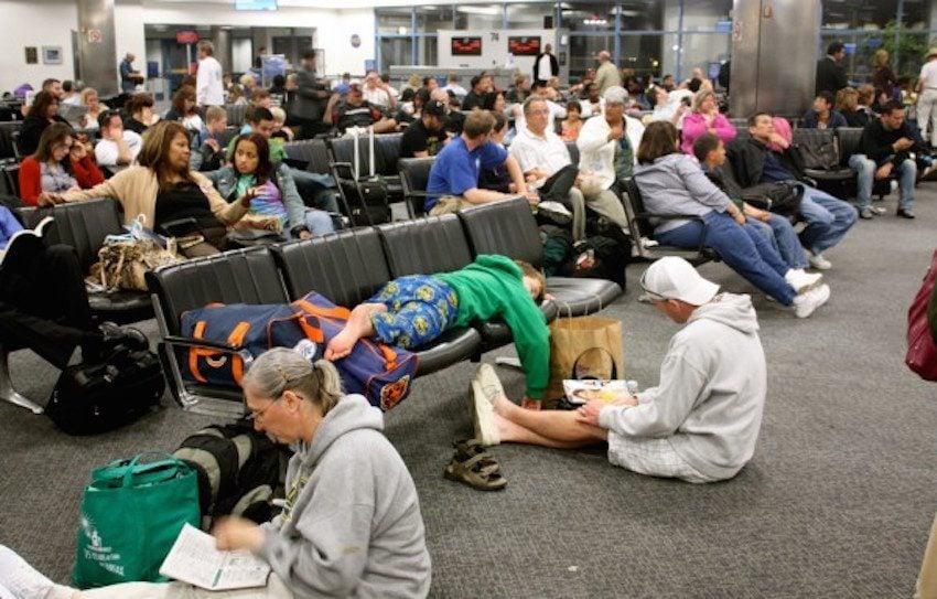 Esta foto foi tirada no mesmo aeroporto e mostra os demais passageiros que passaram pelo mesmo problema que Molly.