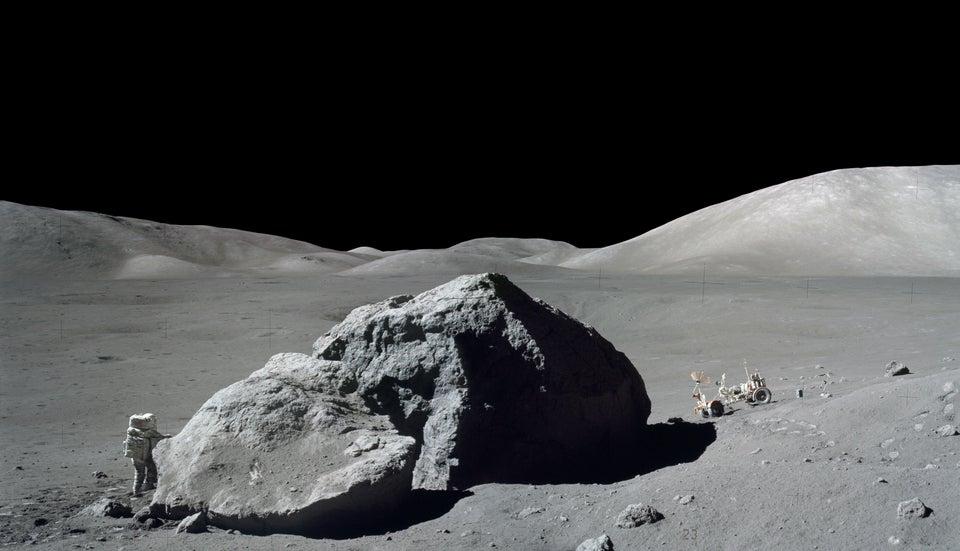 Harrison H. Schmitt, da missão Apollo 17, investiga uma grande pedra lunar - 13 de dezembro de 1972.