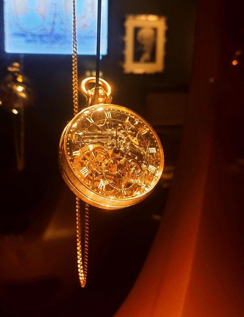 Relógio de Maria Antonieta. Demorou 40 anos para ser produzido, só foi concluído 30 anos após sua execução.