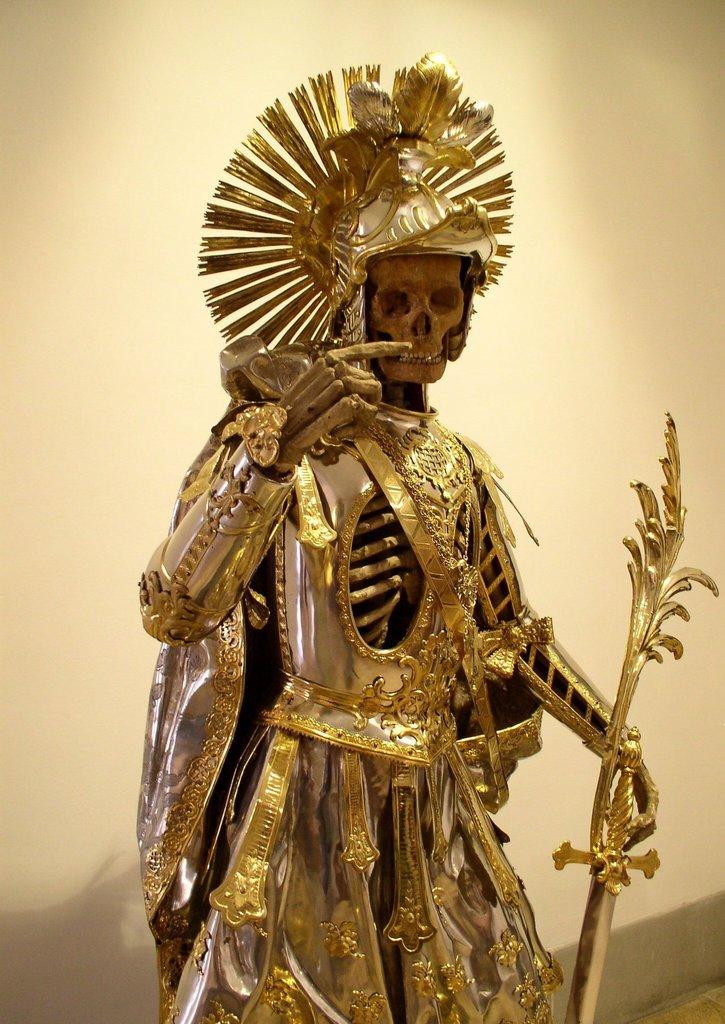 Esqueleto de São Pancrácio com armadura. Em 1989, seu crânio foi roubado por um ladrão desconhecido. A comoção na sociedade foi tanta, que temendo uma repercussão maior do caso, o ladrão resolveu devolver o item roupado na igreja.