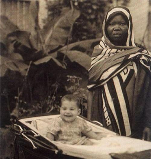 Freddie Mercury com sua babá na ilha de Zanzibar, onde nasceu, em 1946.