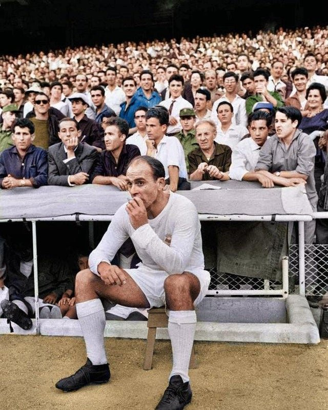 Alfredo Di Stefano fumando um cigarro no banco do Real Madrid, 1964.