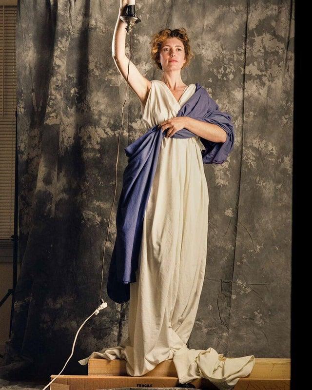Jenny Joseph, de 28 anos, posando para o famoso logo da Columbia Pictures, em 1992.