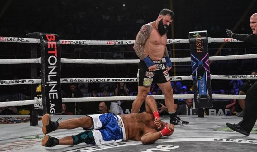 Lutador morre após ser nocauteado em evento de boxe sem luvas; veja vídeo